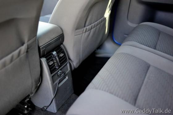 Die Stromversorgung für die aktive Handyhalterung hole ich mir in der hinteren Steckdose. Durch Winkelstecker stört das auch nicht beim Rücksitzbank vorklappen. Passt ganz knapp, bei entfernter Verschlußkappe.