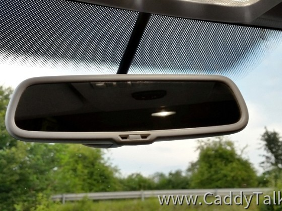 Der automatisch sanft abblendende Innenspiegel (mittels Elektrolytflüssigkeit) passt sich dem Beleuchtungskontrast an, mittels integriertem Front- und Rück-Sensor aktiv gesteuert.