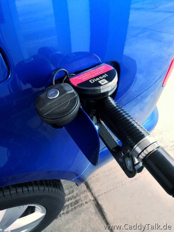 Beim Maxi gibt es keinen Konflikt mit der Schiebetür wenn getankt wird. Die gut 60 Liter Diesel (etwa 58 Liter bis Reserve) reichen für 800 bis 1000 Km. Die Farbe beißt sich extrem mit Pink ;-)