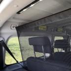 Sehr flexible Befestigungsmöglichkeit an drei Dachösen-Positionen in vier Sitzkonfigurationen. Das Trennnetz lohnt sich.