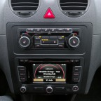 Radio/Navigation ganz unten im Altar, sicher ein Konzeptionsfehler in der sonst sehr zweckdienlich und nüchtern entworfenen Mittelkonsole.