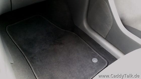 """Gegen die """"Nutzfahrzeug-Akustik"""" helfen Teppiche und Verkleidungen ganz gut. Auch die Motor-Abdeckung (unterschäumt) gegen Diesel-Nageln. Dennoch retten bei höherem Tempo oft nur noch die Reserven der gut brauchbaren Lautsprecher das Fahrerlebnis."""