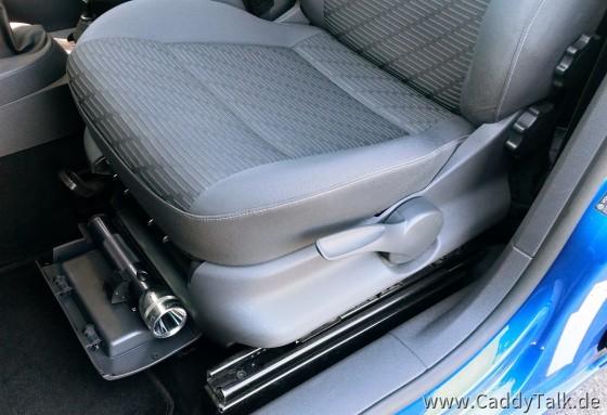 LED-Maglite unter dem Sitz im Klappfach auf Cliphalterung, Lordosenstütze (Lendenwirbel...), Sitzhöhenverstellung